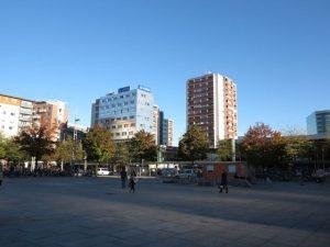 Bahnhofsvorplatz im Herbst